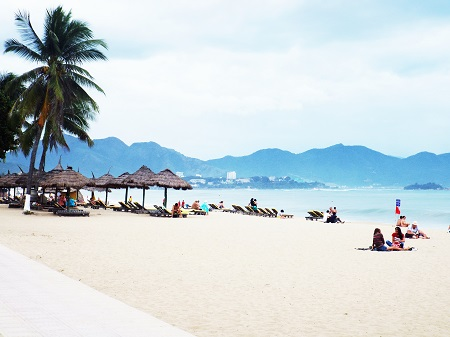 Nha Trang plans to open night bathing beach in 2015